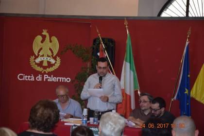 Lorenzo Spurio, Presidente della Ass. Euterpe, mentre legge una sua poesia