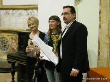 Angela Orazietti, vincitrice del 1° Premio premiata da Alessandra Montali (Presidente del Concorso) e da Lorenzo Spurio (Presidente della Ass. Euterpe)