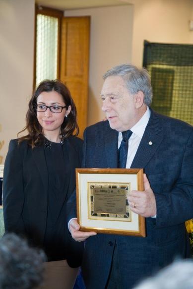 Il Premio alla Carriera viene conferito al prof. Armando Ginesi, consegnato da Silvia, che fa le veci di Emanuela Antonini, Presidente del Premio