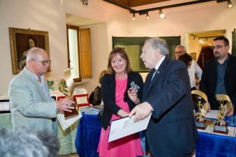 1° Premio assoluto sezione fotografia a tema il mare conferito a Onorina Lorenzetti. Il premio viene consegnato da Elvio Angeletti (Consigliere della Ass. Euterpe) e dal prof. Armando Ginesi (Socio Onorario della Ass. Euterpe)