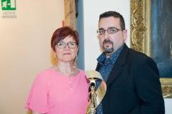 1° Premio assoluto sezione poesia inedita in lingua conferito a Franca Donà. Il premio viene consegnato da Lorenzo Spurio (Presidente della Ass. Euterpe)