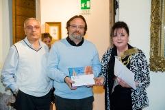 1° premio assoluto sezione poesia in dialetto conferito ad Angela Catolfi. Il premio viene consegnato dal prof. Vincenzo Prediletto (Presidente di Giuria) e dall'Assessore Fabbracci