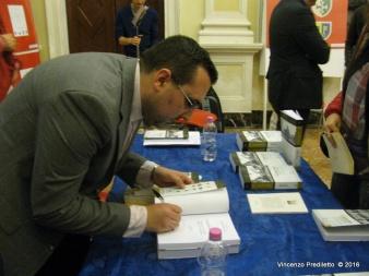 Lorenzo Spurio autografa una copia della sua opera