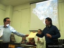 Lorenzo Spurio consegna il diploma a Cristiano Dellabella
