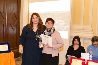 La giurata Valentina Meloni premia Franca Donà vincitrice di una Menzione d'Onore