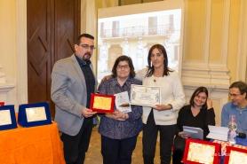 Lorenzo Spurio e Susanna Polimanti premiano Lucia Bonanni, vincitrice del 1° premio assoluto sezione poesia in lingua