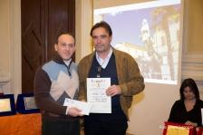 Il giurato Stefano Baldinu premia Valtero Curzi vincitore di una segnalazione per la poesia dialettale