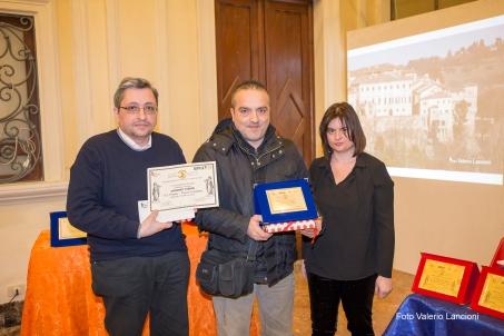 I giurati Emanuele Marcuccio e Michela Zanarella premiano Massimo Fabrizi, 3° premio assoluto per la sezione dialetto