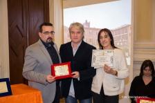 Lorenzo Spurio e Susanna Polimanti premiano Luca Talevi vincitore del 1° premio assoluto sezione poesia dialettale