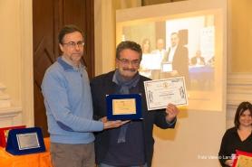 Il giurato Giuseppe Guidolin premia Oscar Sartarelli, 3° premio assoluto per la sezione haiku