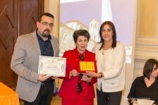 Lorenzo Spurio e Susanna Polimanti premiano Assunta De Maglie, vincitrice del Premio Speciale del Presidente di Giuria