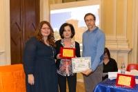 I giurati Valentina Meloni e Giuseppe Guidolin premiano Daniela Ferraro, vincitrice del Premio Speciale per la tematica sociale