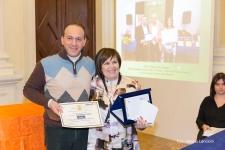 Il giurato Stefano Baldinu premia Rosanna Di Iorio, vincitrice del Premio Speciale Verbumlandi-art