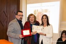 Il Presidente del Premio Lorenzo Spurio e il Presidente di Giuria Susanna Polimanti consegnano il Premio alla Carriera alla poetessa milanese Donatella Bisutti