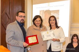 Il Presidente del Premio, Lorenzo Spurio, e la Presidente di Giuria, Susanna Polimanti, consegnano il premio alla Memoria alla poetessa Giusi Verbaro, ritirato dalla figlia Caterina Verbaro