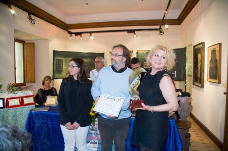 1° premio assoluto sezione poesia edita in lingua conferito a Loretta Fusco. Consegnano il premio Silvia, che fa le veci di Emanuela Antonini (Presidente del Premio) e l'Assessore Fabbracci